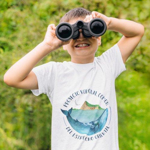 Niño con una camiseta del proyecto rorcual comun del estrecho oriental mirando por unos prismaticos